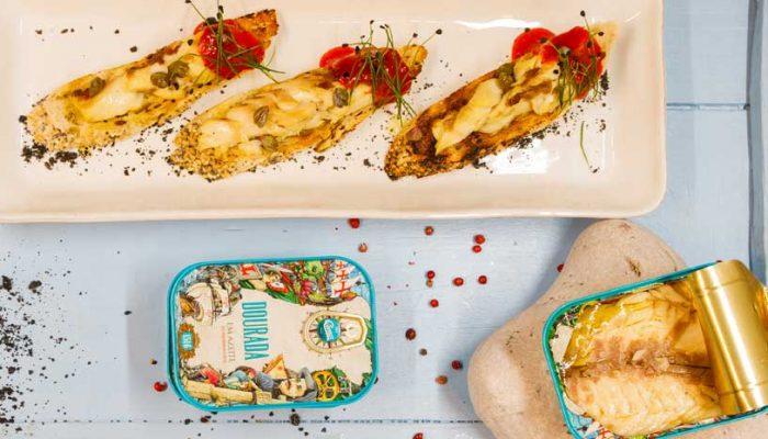 Filetes de dourada sobre tostas de pão torrado